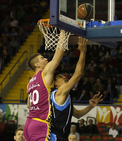 Gustavo Ayón anota bajo la defensa de Paul Davis (ACB Photo / Tolo Parra)