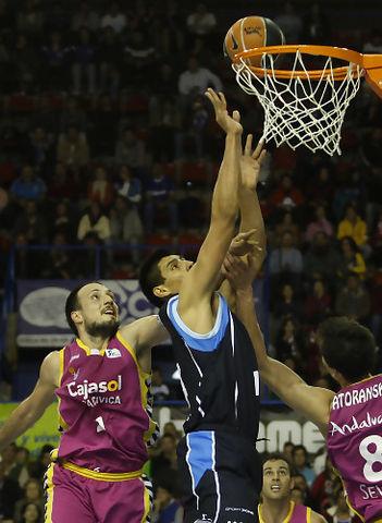 Gustavo Ayón anota ante Bogdanovic y Satoransky (ACB Photo / Tolo Parra)