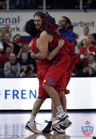 Teodosic y Krstic celebran la canasta ganadora del primero (CSKAbasket.com)