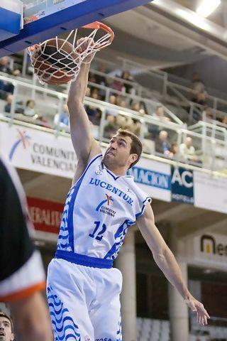 Ben Dewar machaca el aro (ACB Photo-Oscar Gimeno)