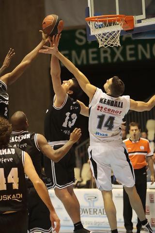 Levon Kendall y Marco Banic luchan por un rebote en el Blusens Monbus - Gescrap Biskaia. ACBPHOTO / Jorge Marqués
