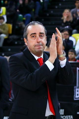 Txus Vidorreta agradece al público la ovación dedicada antes de comenzar el partido  (Foto: Luis Fernando Boo).