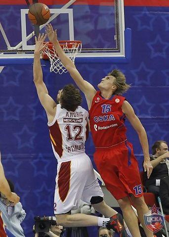 Esta vez fue Andric quien paró a Kirilenko (Cskabasket.com)