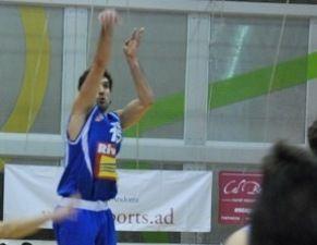Pablo Sánchez lanza desde el exterior (Foto: River Andorra)
