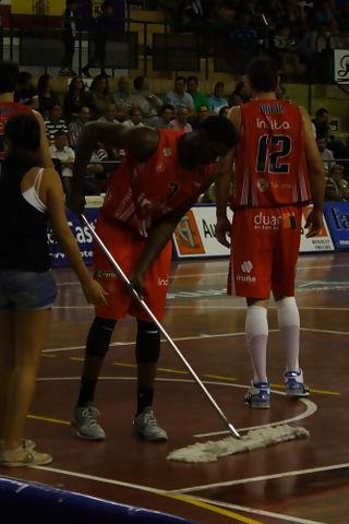 A Kimmani Barrett no se le cayeron los anillos en la Adecco Oro hasta para pasar la mopa (Foto: Baloncesto con p)