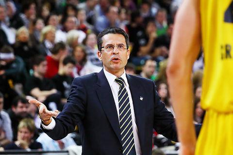 Pedro Martínez pide explicaciones a uno de sus jugadores (Foto: Luis Fernando Boo).