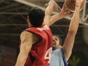 Quezada intenta taponar a Manu Gómez (Foto: Sebas Senande)