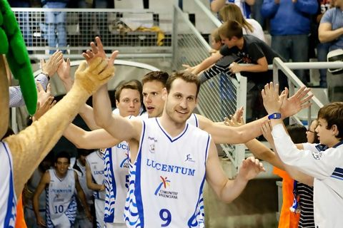 Llompart sale a celebrar un triunfo (ACB Photo-Oscar Gimeno)