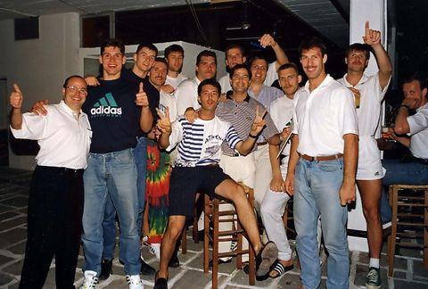 Mariano Pozo con los jugadores de Lituania en el verano de 1992