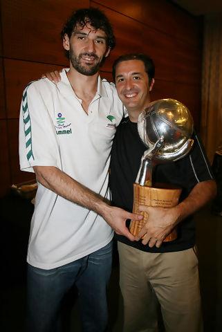 Mariano Pozo, con Jorge Garbajosa y el título de Liga (Foto: Mariano Pozo)