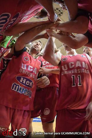 La plantilla de UCAM Murcia se conjura para la victoria (Foto: Javier Bernal - Efedos)
