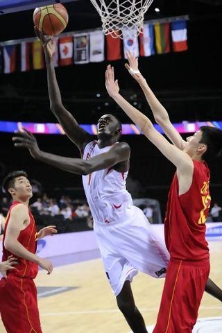 Apasionante duelo Diop-Zhao en el España-China de cuartos (foto FIBA.com)