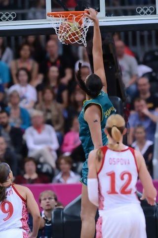 Liz Cambage (Australia) consiguió el primer mate femenino en unos JJOO (Foto FIBA.com)