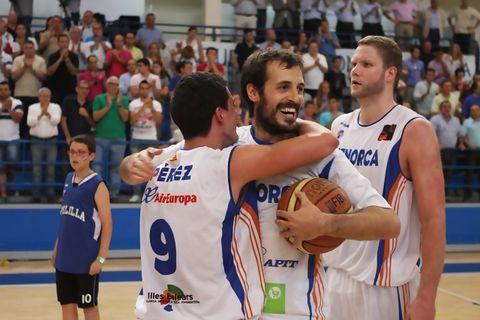 Marc Blanch con Dani Pérez celebrando el ascenso
