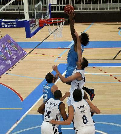 Lucas Riva volando sobre los pívots del Real Madrid (Foto: Dolores Couceiro)