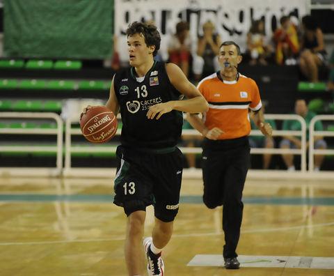 Devon Van Oostrum subiendo el balón (Foto: El Periódico de Extremadura)