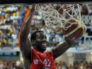 Bryant Dunston, en plena ejecución (Foto: pallacanestrovarese.it).