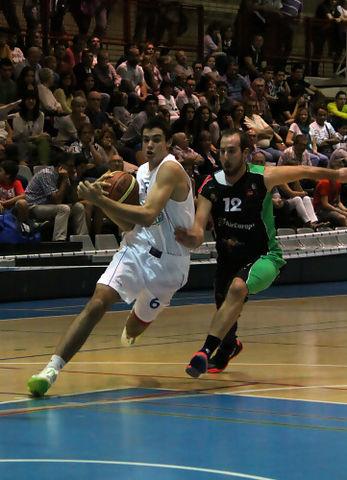 Penetración de Alberto Abalde perseguido por Miki Corbacho (foto basquetmaniàtic)