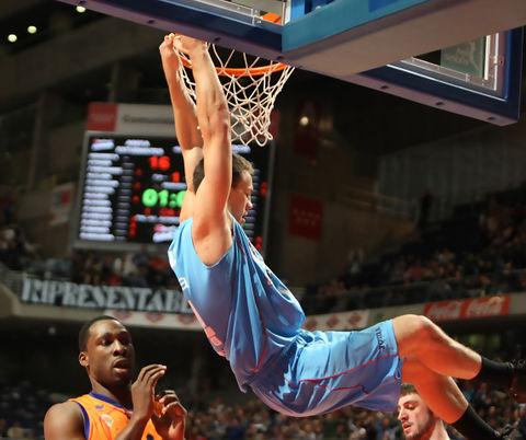 Kyle Kuric se cuelga del aro (Foto: ACB Photo)