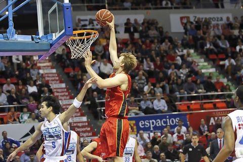 Henk Norel a punto de machacar el aro (ACB Photo)