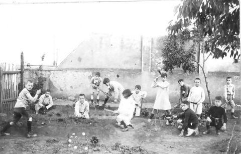 Los niños jugando en el patió de la extinta Escuela Vallparadís