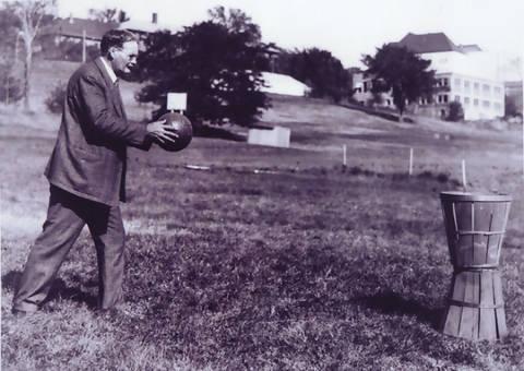 James Naismith lanzando un balón en un cesto de melocotones
