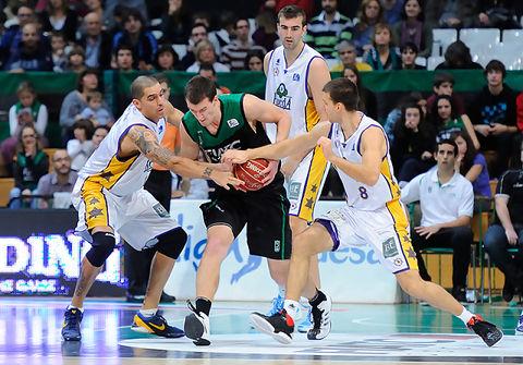 Ognjen Kuzmic peleando por el balón.<br> Foto: Charly Mula