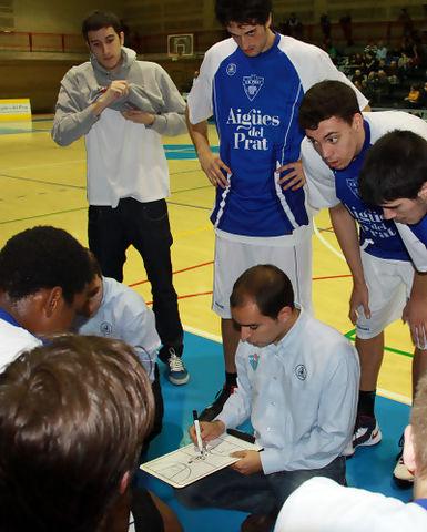 Carles Duran dando las instrucciones iniciales (foto basquetmaniàtic)