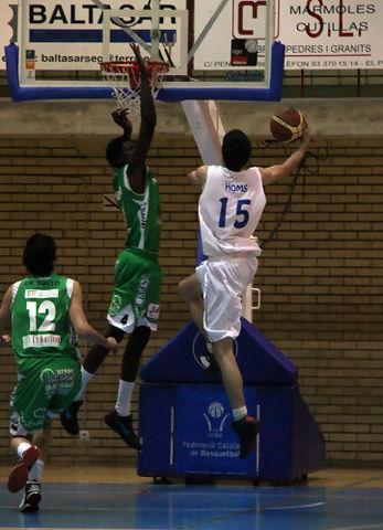 Massine Fall intenta taponar a Albert Homs (foto basquetmaniàtic)