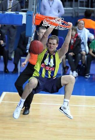 Bojan Bogdanovic machacando el aro (Foto: Fener)