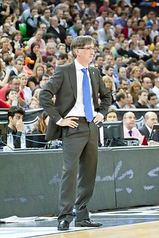 Moncho Fernández sigue con preocupación el desarrollo del partido (Foto: Luis Fernando Boo).