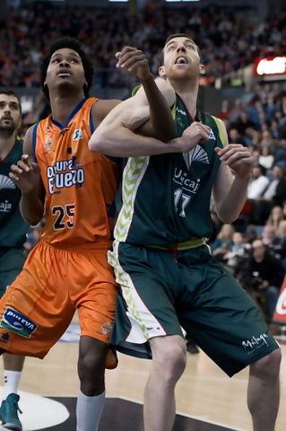 Gelabale y Vazquez luchan por el rebote. (Foto: JM Casares)