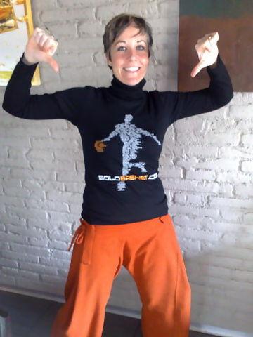 Belén Simón fue la primera mecenas en poner dinero en la campaña de crowdfunding. Aquí luce su camiseta