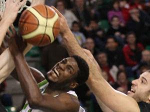 Jamar Samuels luchando en la zona (Foto: Cáceres Ciudad del Baloncesto)