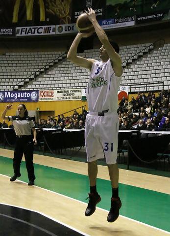 Triple de Àlex Barrera (foto basquetmaniàtic)