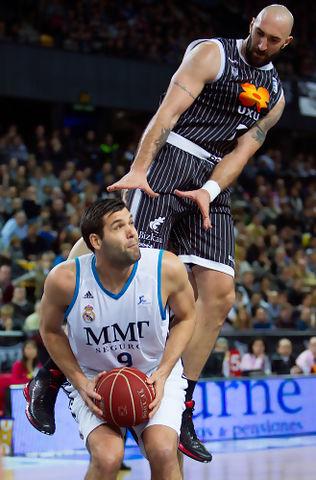 Felipe Reyes hace saltar a Rakovic (ACB Photo/A.Arrizabalaga)