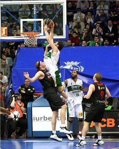 Rudy se eleva sobre Weis en una de las acciones más espectaculares de la temporada (Foto: Baskerland)