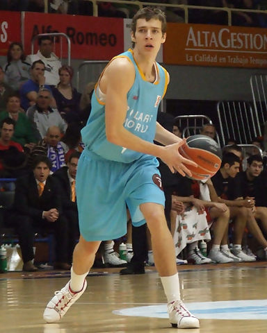 Goran Dragic intenta pasar la bola (foto: FM)
