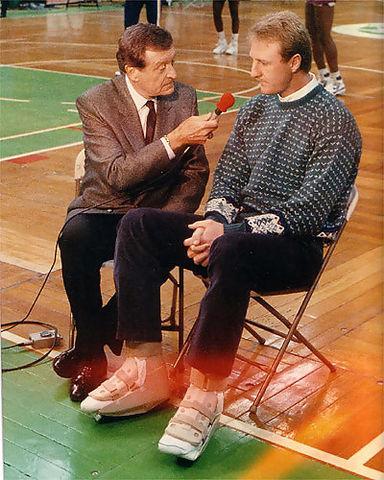 Larry Bird atendiendo a la 'media' recién operado de los dos tobillos (Foto: Miqui Forniés)