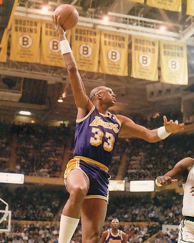 Kareem Abdul-Jabbar lanzando un 'sky hook' en el mítico y desaparacido Boston Garden (Foto: Miqui Forniés)