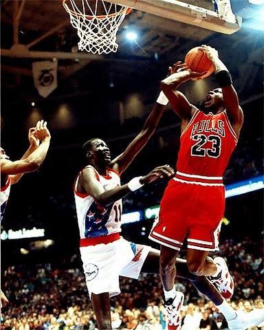 Manute Bol tratando de ponerle un tapón al mismísimo Michael Jordan (Foto: Miqui Forniés)