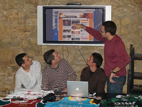 Santi junto al resto del equipo recorriendo Solobasket.com 3.0 para los invitados (Foto: Jordi Jiménez Poyato)