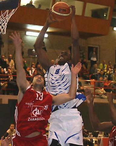 Serge Ibaka vuela por encima de Paolo Quinteros (Foto: CAI)