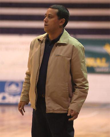 Alejandro Martínez da instrucciones a su equipo desde la banda