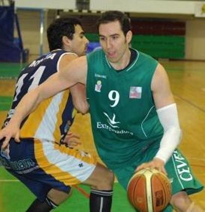 Miguel Ángel Conejero directo a canasta (foto web Cáceres)
