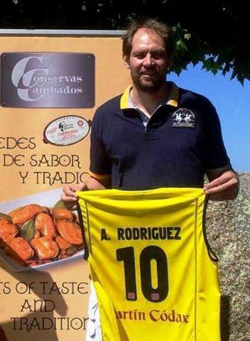 Chufi Rodríguez tras renovar esta temporada (foto web Xuven)