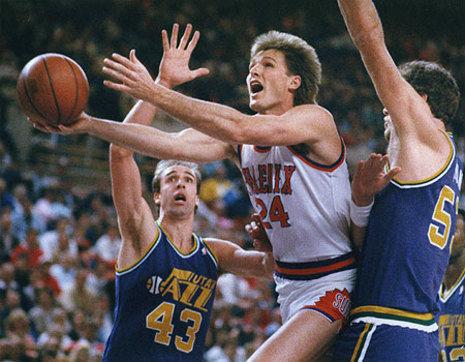 Tom Chambers supera a Iavaroni (Foto: Arizona Republic).