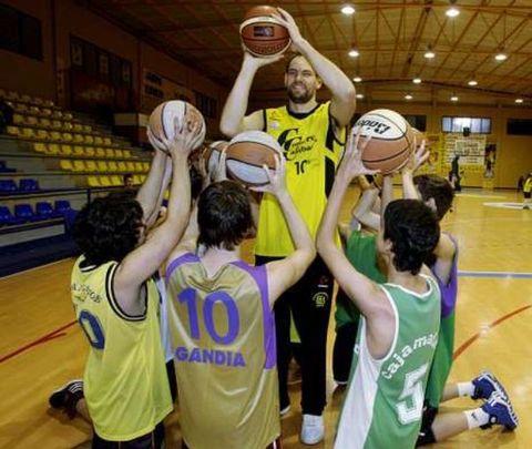 Chufi y sus chicos con las camisetas de sus distintos equipos (foto Mónica Irago para La Voz de Galicia)