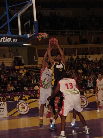 Vasilopoulos pelea por el rebote (Foto: Jose Navas)