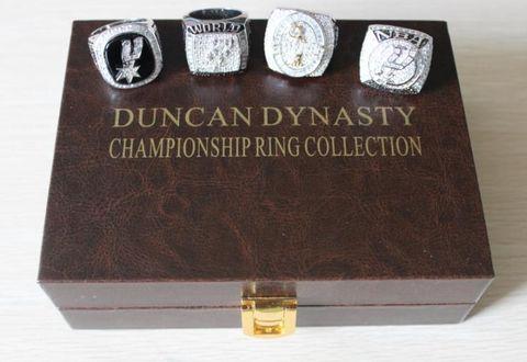 Los cuatro anillos de Tim Duncan.